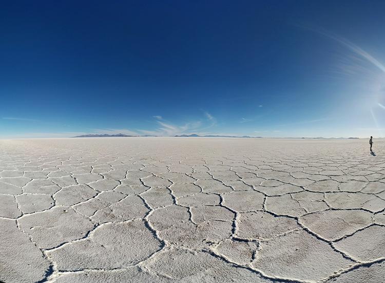 Désert aride avec ciel bleu